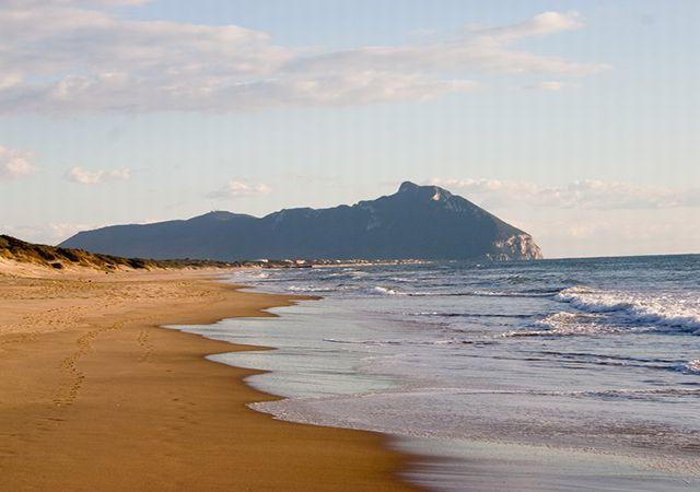 Matrimonio Spiaggia Sabaudia : Куда съездить из Рима на море самых